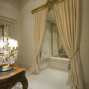 Curtains with Gilded Pelmet - Volets
